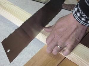 のこぎりで木材を切る、切りはじめ