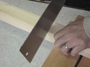 のこぎりで木材を切る、切りはじめ その2