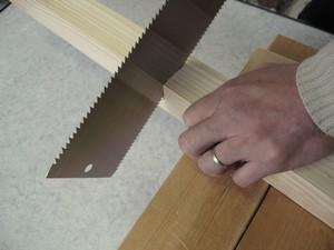 のこぎりで木材を切る その3