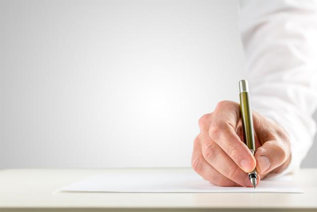 紙とペンを使って手で書く