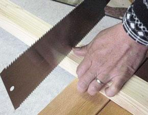 のこぎりで木材を切る、切り始め